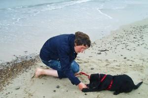 Wikkegaards Welpe Maja mit ihrer neuen Besitzerin in Dänemark am Strand.