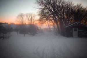 Blick auf den verschneiten Hof von Wikkegaard. Foto: Hinnerk Weiler